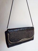 メタリックデザインのショルダーバッグ